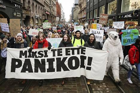 Koululaiset suuressa ilmastomielenosoituksessa Helsingissä maaliskuussa.
