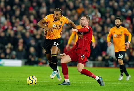 Adama Traore (vas.) taisteli Liverpoolia vastaan pallosta Jordan Hendersonin kanssa 29. joulukuuta 2019.