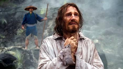 Vaitiolo-elokuvan karismaattisin näyttelijä on isä Ferreiraa esittävä Liam Neeson.