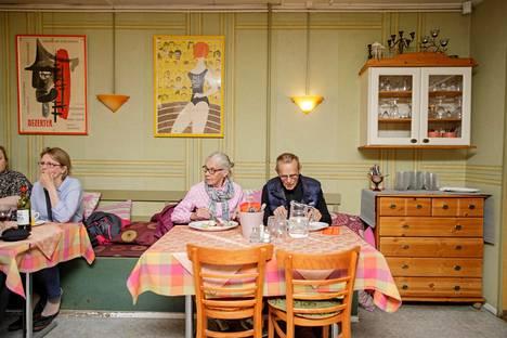 """(23.08) Oululaiset Helmi ja Antti Moilanen olivat tulleet elokuvajuhlille lauantaina kello viisi ja sännänneet suoraan elokuviin. He pitivät ruokatauon Päivin kammarissa ennen viimeistä elokuvaansa Kitisenrannan koululla.""""Pakkohan täällä on syödä jossain välissä. Kerran yksi nuori neito pyörtyi jonossa, kun ei ollut ehtinyt syödä."""""""