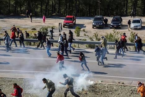 Mielenosoittajat ottivat poliisin kanssa yhteen 26. helmikuuta lähellä Mantamadosin kaupunkia Lesboksen saarella.