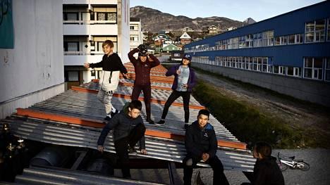 Poikajoukko nousi katolle viettämään aikaa Grönlannin pääkaupungissa Nuukissa.