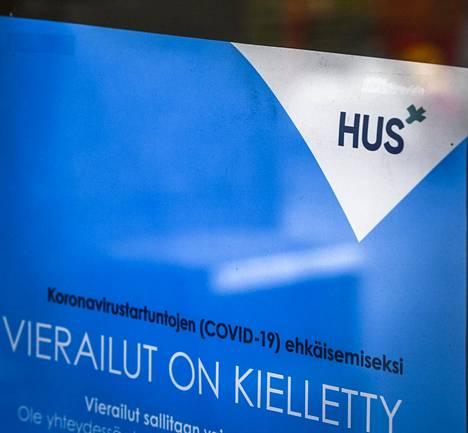 Vierailukieltolappu sairaalan ovessa Hyvinkäällä toukokuun alussa.