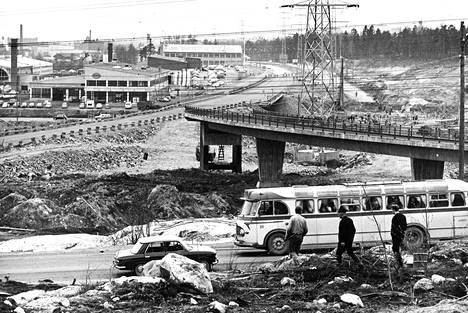 Itäisen moottoritien rakentamisessa on tärkeimpänä osana Viikintien eritasoliittymä, joka on suunniteltu niin, että moottoritieltä on Siilitien ramppien välityksellä yhteys katuverkkoon keskustan ja Porvoon suunnissa. Kuluvaksi vuodeksi on kaupungin budjetissa varattu moottoritietä varten yhdeksän miljoonaa markkaa.