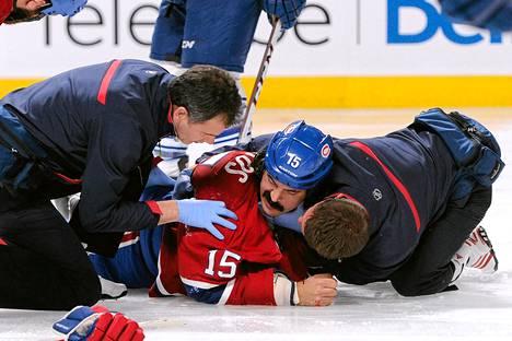 Montrealin George Parros löi päänsä jäähän tappelussa ja häntä hoivailtiin kymmeniä minuutteja.