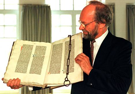 Asiantuntijoiden mukaan venäläisagenttien varastaman Raamatun arvo olisi ollut ainakin lähes 15 miljoonaa euroa. Sitä pidetään maailman arvokkaimpana Raamattuna. Kuvassa vastaavaa Johannes Gutenbergin Raamattua esittelee dekaani Hans Jochims.