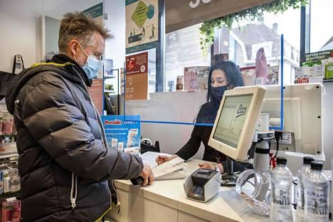 Asiakas osti itsetehtävän koronatestin Amsterdamissa 3. huhtikuuta.