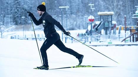 Oikeaoppisessa vuorohiihdossa  etummaiseksi siirtyvä  suksi ei ota painoa ennen  kuin jalka on siirtynyt  pitkälle eteen.  Valmentaja  Simo-Viljami Ojanen  antoi ohjeita hiihtotekniikan parantamiseksi.