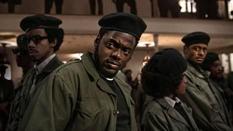 Darrel Britt-Gibson, Daniel Kaluuya ja Lakeith Stanfield elokuvassa Judas and the Black Messiah, joka kertoo Mustien panttereiden johtohahmosta.