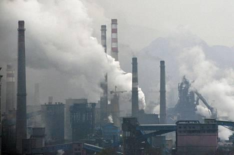 Savu nousi terästehtaan piipuista Benxissä Kiinassa marraskuun alussa.