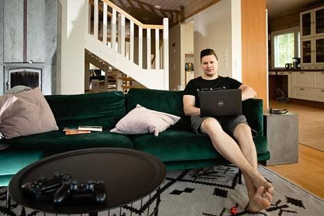 Joni Rajanen toimii ohjelmistokehittäjänä Reaktorissa. Keväästä lähtien hän on koodannut etätöissä kotonaan Nummelassa.