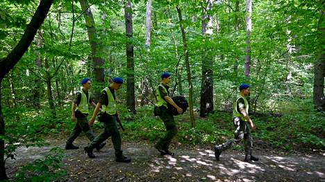 Poliisit poistuvat kiovalaisesta puistosta paikalta, josta valkovenäläisen aktivistin ja valkovenäläispakolaisia auttaneen järjestön johtajan Vital Šyšoun ruumis löytyi tiistaiaamuna.