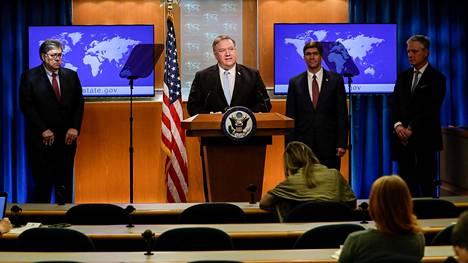 Yhdysvaltain ulkoministeri Mike Pompeo (keskellä) puhui kansainvälistä rikostuomioistuinta käsittelevässä tiedotustilaisuudessa torstaina. Paikalla olivat myös oikeusministeri William Barr, puolustusministeri Mark Esper sekä turvallisuuspoliittinen neuvonantaja Robert O'Brien.