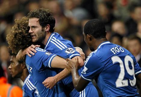 Chelsean Juan Mata (keskellä) juhli tiistaina maalia Arsenalia vastaan.