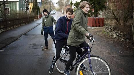 Teinikaverukset Mirelle Lybäck, Juhana Lehtinen ja Matti Luotamo viettävät koulun jälkeen yhdessä iltapäivää Helsingin Käpylässä.