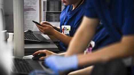Hoitajia työssään Kainuun keskussairaalassa Kajaanissa viime heinäkuussa.