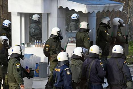 Kreikkalaiset mellakkapoliisit olivat vastassa Turkin puolelta tulevia pakolaisia sunnuntaina Kastaniesissä.