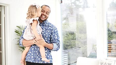 Iso pikkuinen. Lawsonilla on kaksi vauvaikäistä kummilasta, joiden myötä hän on tajunnut, että oma tytär onkin jo iso mimmi.