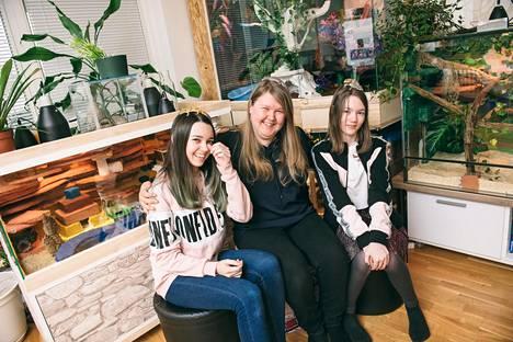 Kotkalainen Tanja Schildt-Snyers muutti Wieniin opiskelemaan ja jäi. Koko perhe on eläinrakas, ja siksi niin Tanja Schildt-Snyerisllä kuin tyttärillä Valentine (vas.) ja Rosaline Snyersillä on päänsä päällä perheen lemmikkigekot. Olohuoneen terraarioissa asuu kaksi viljakäärmettä ja neljä kuningaspytonia.