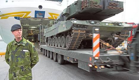 Prikaatinkenraali Stefan Andersson otti lokakuussa vastaan panssarivaunuja Visbyn kaupungissa Gotlannin saarella. Ruotsi päätti syksyllä viedä raskasta aseistusta Gotlantiin ensi kertaa kymmeneen vuoteen.