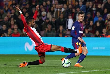 Gironan ja Barcelonan pelaajista vähemmistö on katalonialaisia. Gironan angolalais-baskimaalainen Jonás Ramalho (vas.) yritti katkaista Barcelonan brasilialaisen Philippe Coutinhon syötön Espanjan liigan ottelussa helmikuussa.