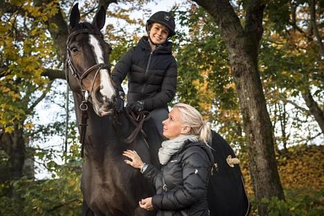 Ratsunsa Ornellaian selässä istuvan Anna-Julia Kontion ja maailmalla mukana kiertävän isosisko ja Eva Maria Kontion yhteistyö on kehittynyt saumattomaksi.