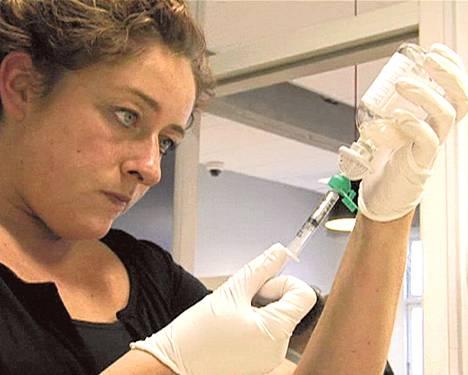 Sairaanhoitaja Maria Djurehuus antaa potilaalle päivittäisen heroiiniannoksen.