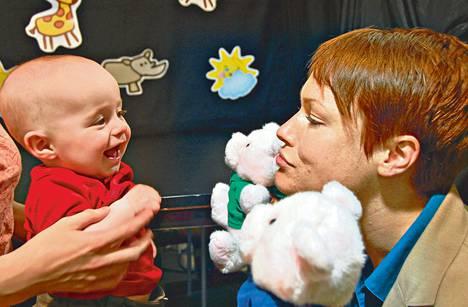 Psykologian professori Kiley Hamlin järjestää viisikuiselle Lindenille nukkenäytelmän, jossa yksi pehmoeläimistä on ystävällinen ja toinen ei.