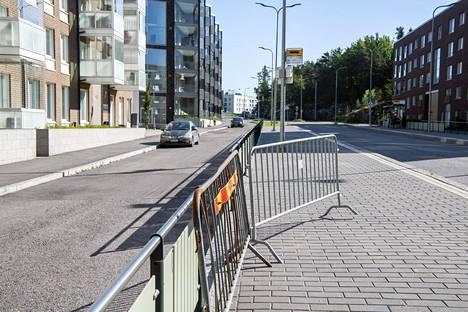 Liikennejärjestelyjen tilapäisyys näkyy Koirasaarentiellä.