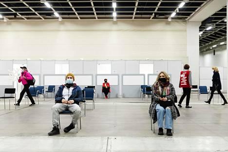 Hoivakodissa työskentelevät Ruslan Ramazanov (vas.), 37, ja Olga Malmi, 43, odottivat rokotusvuoroaan Helsingin Messukeskuksessa huhtikuussa.