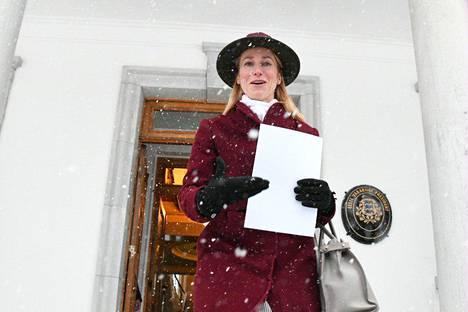 Viron tuleva pääministeri, reformipuolueen johtaja Kaja Kallas, poistui 14. tammikuuta hymyillen Viron presidentinlinnasta sen jälkeen kun hänet oli nimitetty hallituksen muodostajaksi.