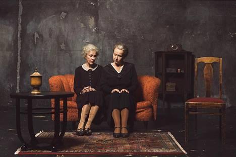 Karin Pacius (vas.) ja Paula Siimes esittävät vanhoja neitejä, jotka Gabriel saa pyörryksiin.