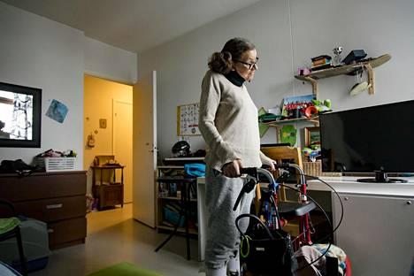 Kristiina Pakarinen sairastaa ALS-lihasrappeumatautia. Viime perjantaina Espoon kaupunki siirsi Pakarisen huostaan otetun pojan Pohjois-Suomeen vastoin perheen tahtoa.