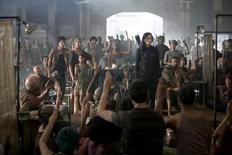 Katniss päätyy Nälkäpeleissä vastarinnan johtohahmoksi.