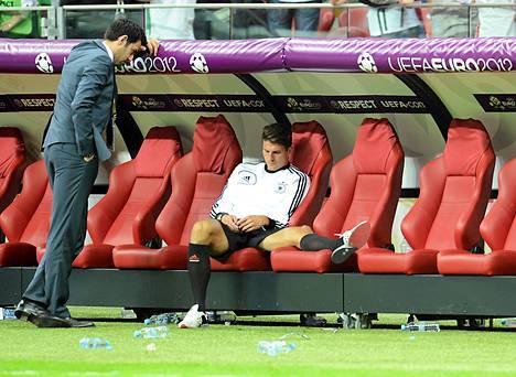 Saksalaishyökkääjä Mario Gomez torstaisen semifinaalin jälkeen.