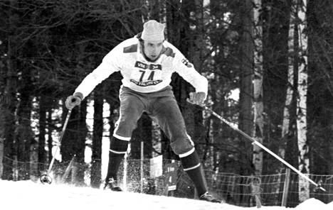 Juha Mieto kamppaili huonosti luistaneilla puusuksillaan MM-hopealle Falunissa 1974.