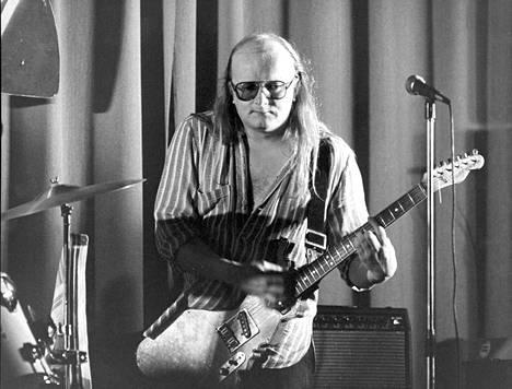 Juice Leskinen lavalla Suomi-kitaransa kanssa vuonna 1981.