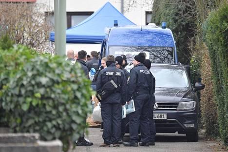 Poliiseja aseiskusta epäillyn löytöpaikalla Hanaussa. Epäilty ampuja ja hänen äitinsä löydettiin talosta kuolleina.