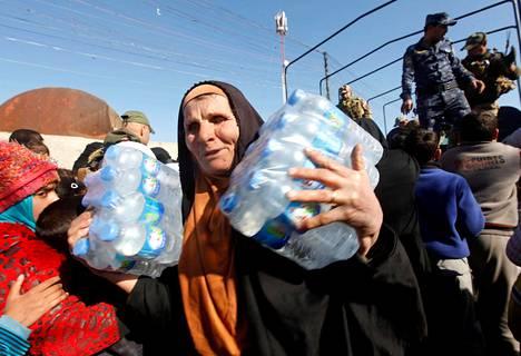 Irakilaisjoukot jakoivat vettä Mosulin asukkaille keskiviikkona.