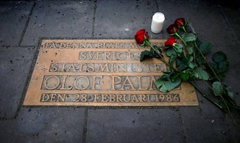 Ruusuja Olof Palmen muistolaatalla hänen murhapaikallaan Tukholmassa.