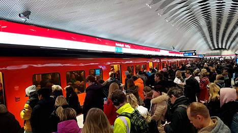 Matkustajat odottivat pääsyä metroon Espoon Matinkylässä maanantaina.