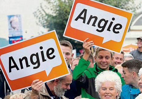 Saksan liittokanslerin ja kristillisdemokraattisen puolueen CDU:n puheenjohtajan Angela Merkelin kannattajat seurasivat hänen vaalitilaisuuttaan Finsterwaldessa tiistaina. Saksassa pidetään liittopäivävaalit kahden viikon kuluttua eli syyskuun 22. päivänä.