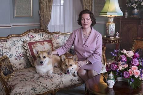 Olivia Colman osoittaa olevansa juuri oikea valinta keski-ikäisen kuningatar Elisabetin rooliin.