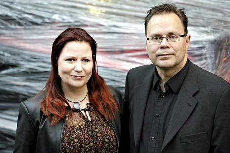 Futuristi ja kauppatieteiden tohtori, DI Elina Hiltunen vas. ja tekniikan tohtori Kari Hiltunen.