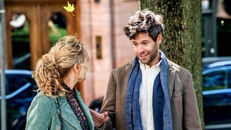 Ellan (Maria Sundbom Lörelius) ensimmäinen nettideittikumppani on Karl (Richard Ulfsäter).