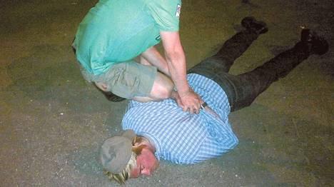 Venäjän turvallisuuspalvelu FSB:n mukaan kuvassa pidätetään Yhdysvaltojen Moskovan-suurlähetystön työntekijää Ryan Foglea.