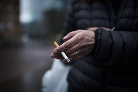 Eriarvoistuminen näkyy tupakoinnissa. Tupakansavu nakertaa eniten pienituloisia työntekijöitä, joilla on muitakin terveyshuolia.