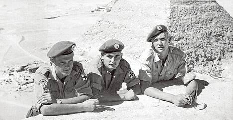 Suezilla palvelleet sotamiehet Kari Pentikäinen (vas.), Raimo Leppänen ja Reijo Laakso tutustuivat Egyptin pyramideihin. Kuvitusta kirjasta Suezilta Afganistaniin – suomalaiset rauhaa turvaamassa.