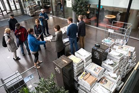 Hesareita jaettiin tilaajille torstaina Sanomatalossa, kun lehden jakelu häiriytyi Posti- ja logistiikka-alan unionin Paun lakon takia.