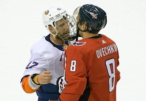 Islandersin Leo Komarov ja Washingtonin Aleksandr Ovetškin vaihto9ivat mietteitä ottelun päätyttyä.